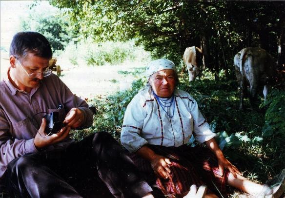 Barta Mihálynéval imagyújtés közben a Gyöngyökkel gyökereztél forgatásán, Pusztina, 1998.