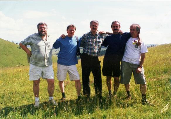 A Dunatáj Alapítvány forgatócsoportjával (Szederkényi Miklós, Mohi Sándor, Kapcsos Vince, Heves László) a Gyöngyökkel gyökereztél forgatásán Moldvában, 1998.